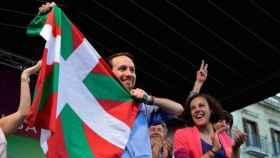 Pablo Iglesias junto a Nagua Alba, líder de Podemos Euskadi, con la Ikurriña vasca.