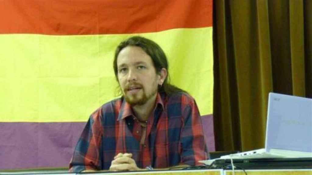Pablo Iglesias en una de sus múltiples conferencias académicas, con una enseña republicana de fondo.