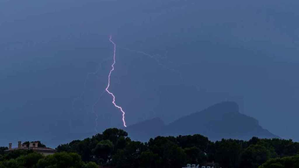 Un rayo cae sobre la isla de Dragonera, durante la tormenta que ha tenido lugar esta tarde en Andrach, en Mallorca.