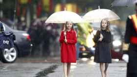 La princesa Leonor y la infanta Sofía bajo la lluvia el 12 de octubre de 2016.