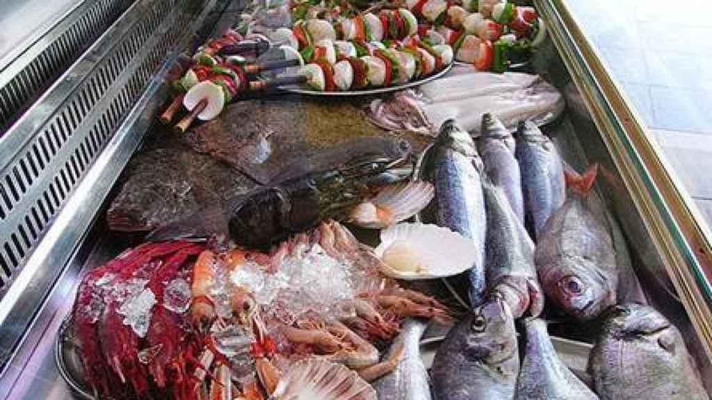 Pescados en el mostrador de un restaurante.