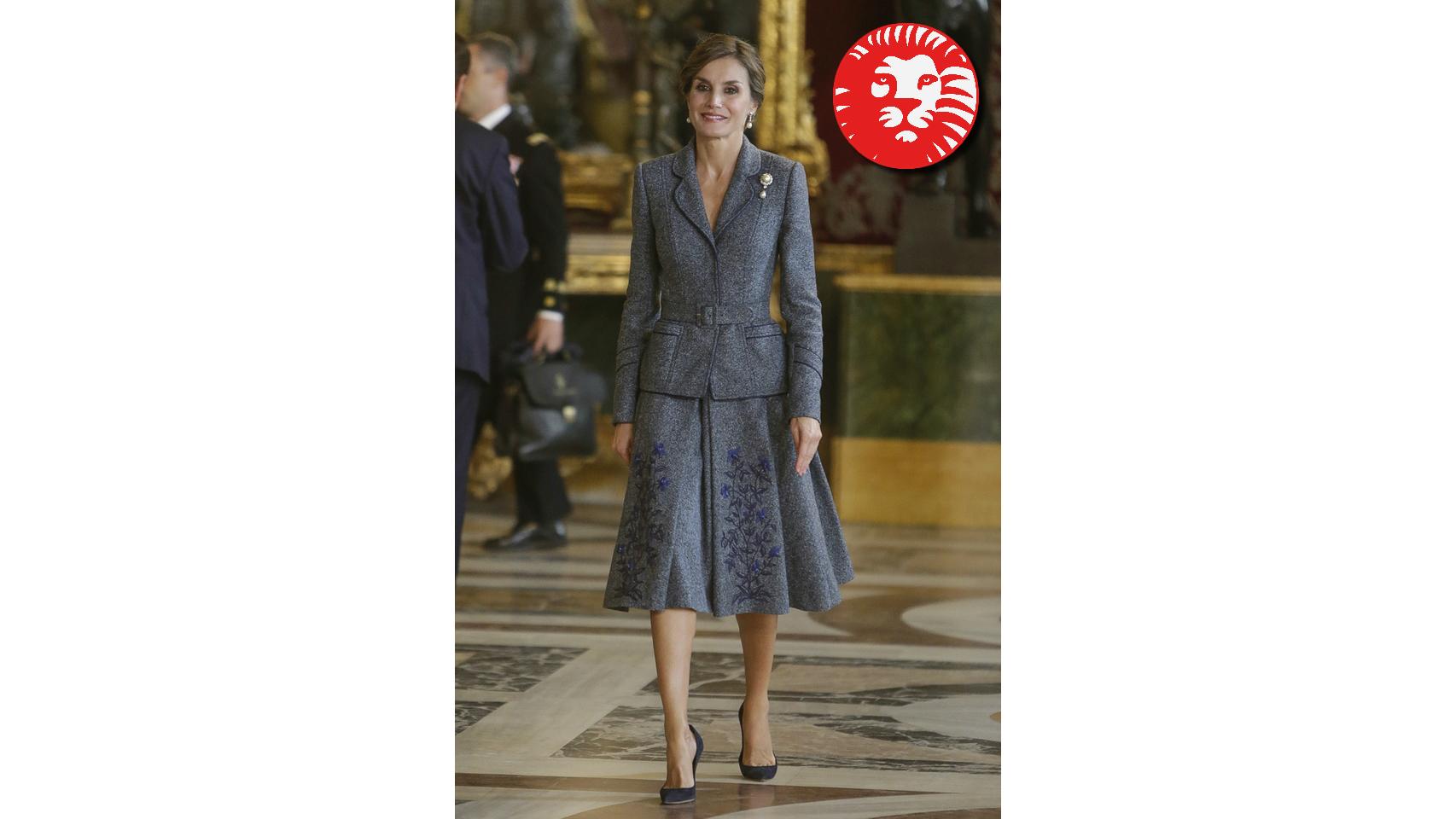 Letizia lució el año pasado un dos piezas de su diseñador fetiche para este día, Felipe Varela. Un conjunto de chaqueta y falda con un cinturón para marcar figura, todo en tono gris. No fue de los más acertados que ha lucido porque le echaba más edad.