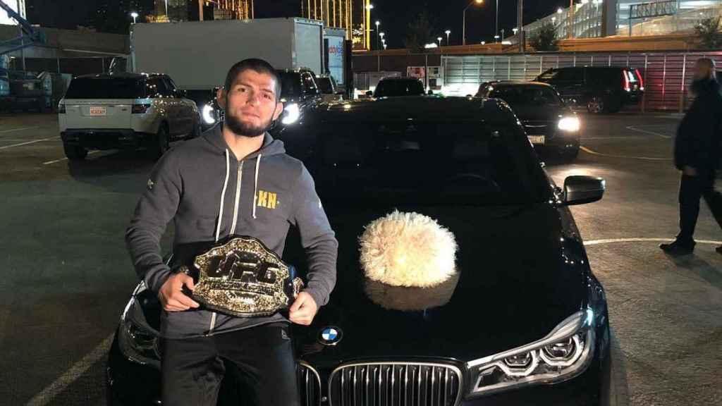 Khabib posa con su cinturón. Foto: Instagram (@khabib_nurmagomedov)