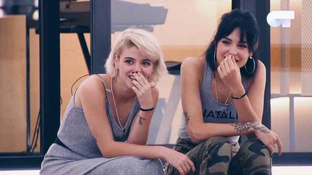 Alba y Natalia durante una clase en la academia.