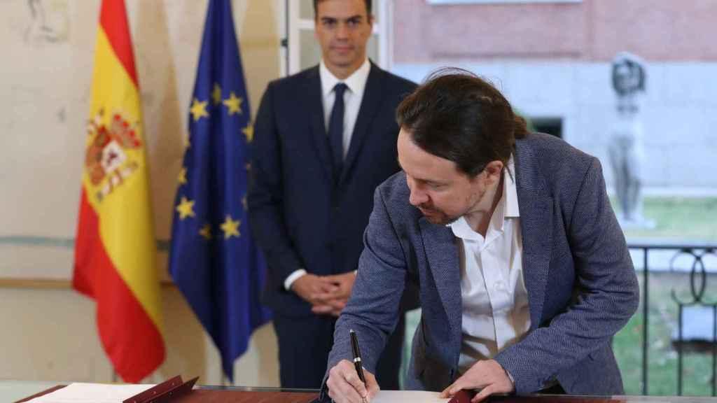 Pablo Iglesias firma el acuerdo de Presupuestos para 2019 con Pedro Sanchez en la Moncloa.