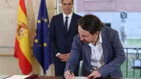 Pablo Iglesias firma el acuerdo de Presupuestos con Pedro Sanchez en la Moncloa.