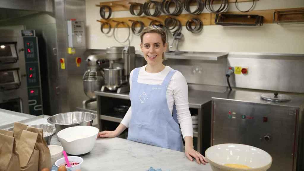 Sophie Cabot realizando los preparativos para la tarta.