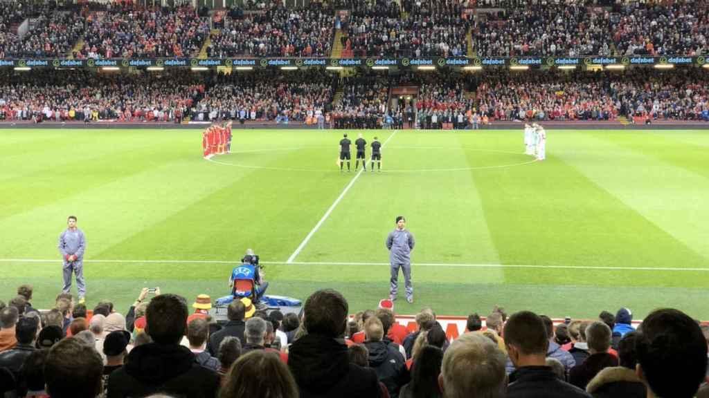 Minuto de silencio en el Gales - España. Foto: Twitter (@SeFutbol)