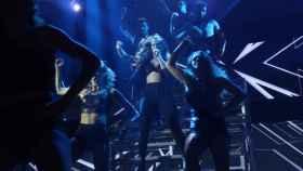 Julia canta 'Born this way'.