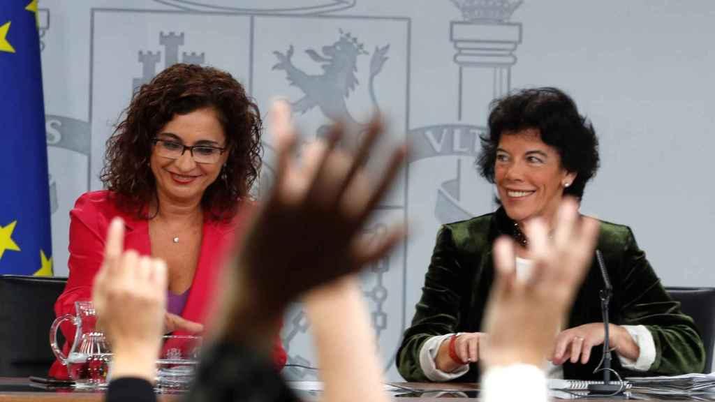 La ministra de Hacienda, María Jesús Montero, junto a Celaá este viernes.