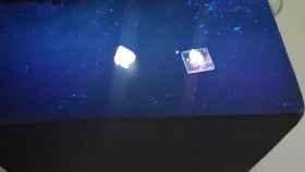 Arena emisora blanca basada en nanopartículas de sílice (izquierda) y el encapsulado para LEDs preparado con este material (derecha).