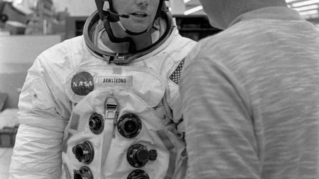 Neil Armstrong con el astronauta Don L. Lind en el módulo de entrenamiento espacial