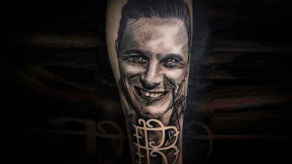 Detalle del tatuaje de Raúl Ramírez, bético de Badolatosa, obra de Isidro Ramos, 'Easy'.