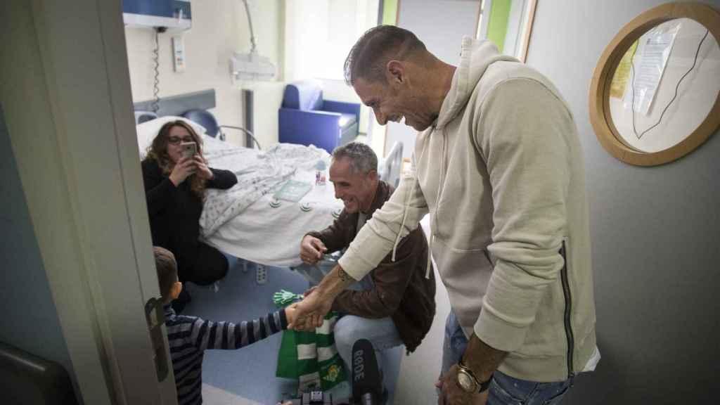 Joaquín Sánchez durante una visita al Hospital Infantil del 'Virgen del Rocío'.