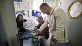 Joaquín Sanchez visitando a un niño convaleciente en el hospital Virgen del Rocío