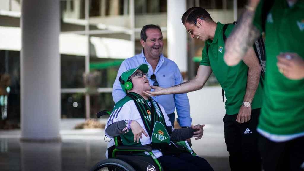 Joaquín se detiene con unos aficionados antes de subirse al autobús del equipo en dìa de partido.