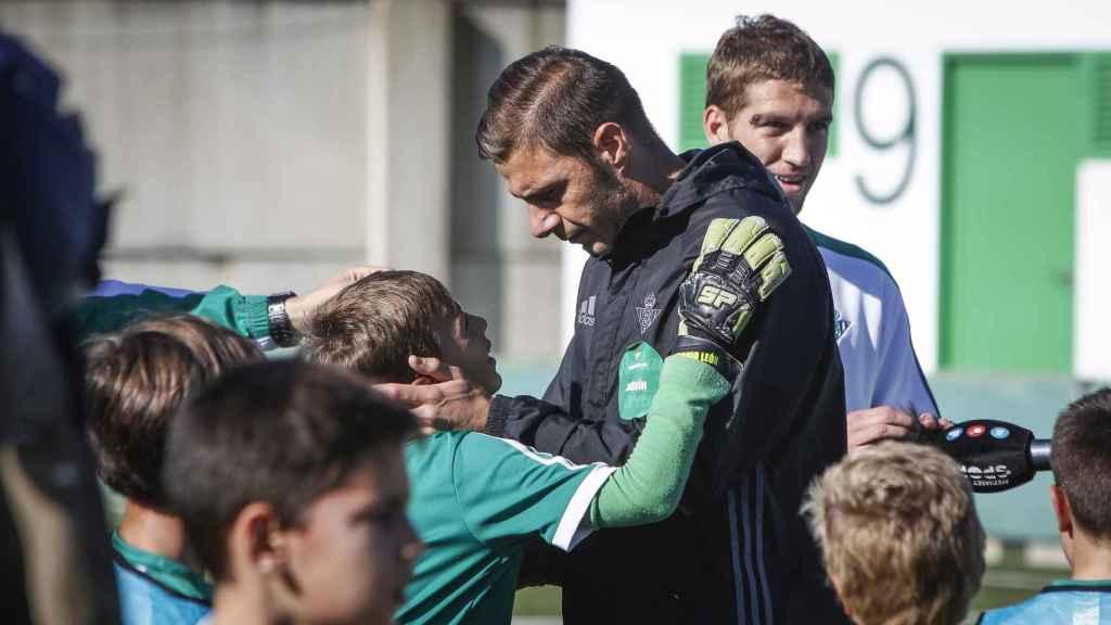 Joaquin Sanchez - FernJoaquín tras jugar un partido con niños de las secciones inferiores en la Ciudad Deportiva Luis del Sol.
