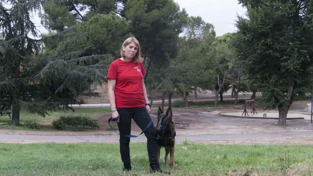 Tatiana le da un paseo a Liven por un parque.