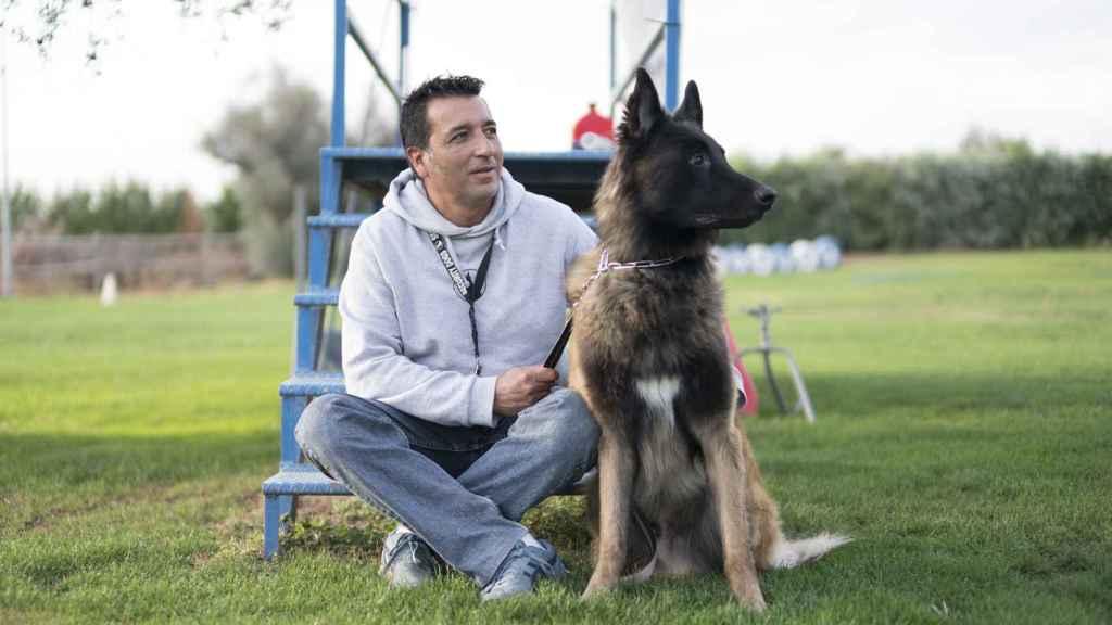 Ángel Mariscal posa junto a un perro de protección.