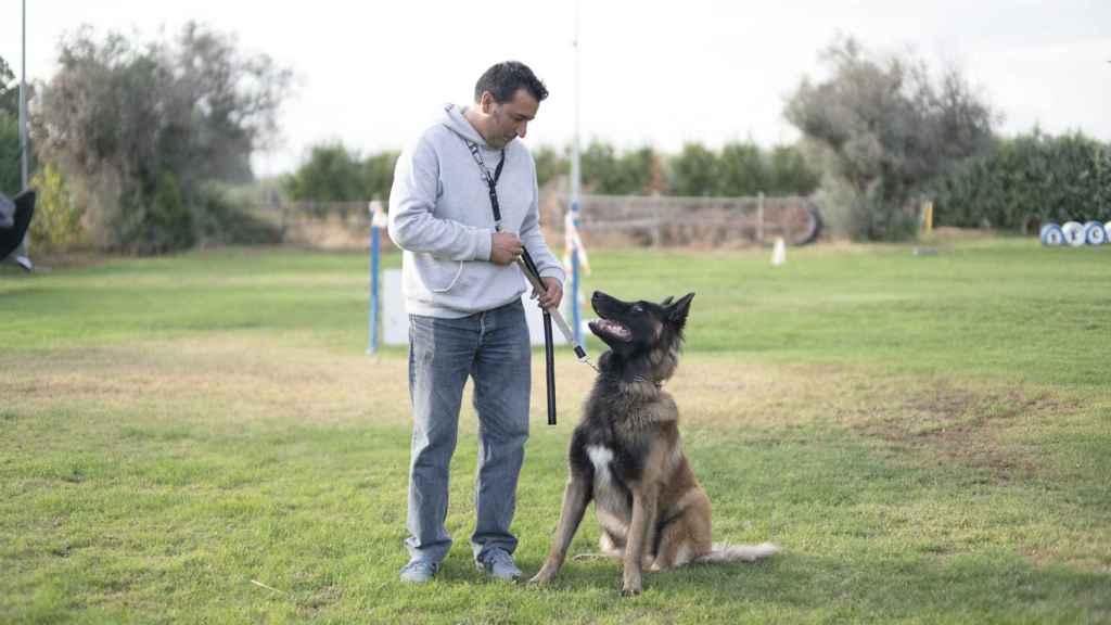 Ángel posa junto a uno de sus perros en las instalaciones de Security Dogs.