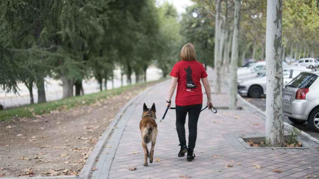 Tatiana se marcha con su perro de protección.