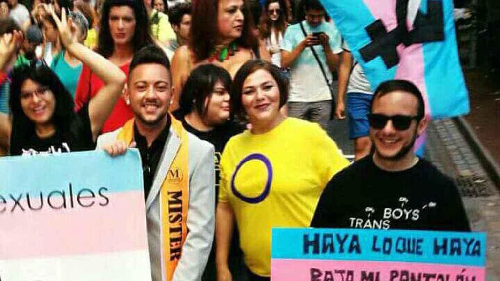 Clara, de amarillo, junto a su hijo, que se acerca a besarla, en una marcha por los derechos de los transexuales.