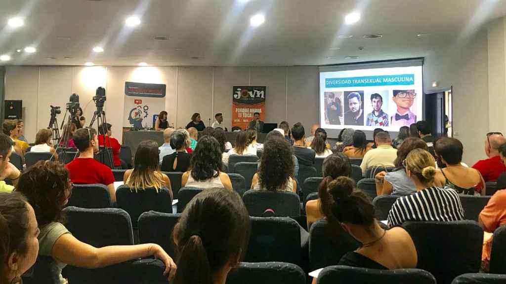 Clara, durante una charla de la asociación Transboys, en La Palma.
