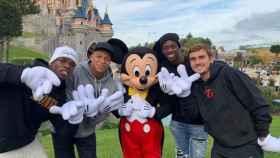 Jugadores de Francia junto a Mickey Mouse. Foto: Instagram (@paulpogba)