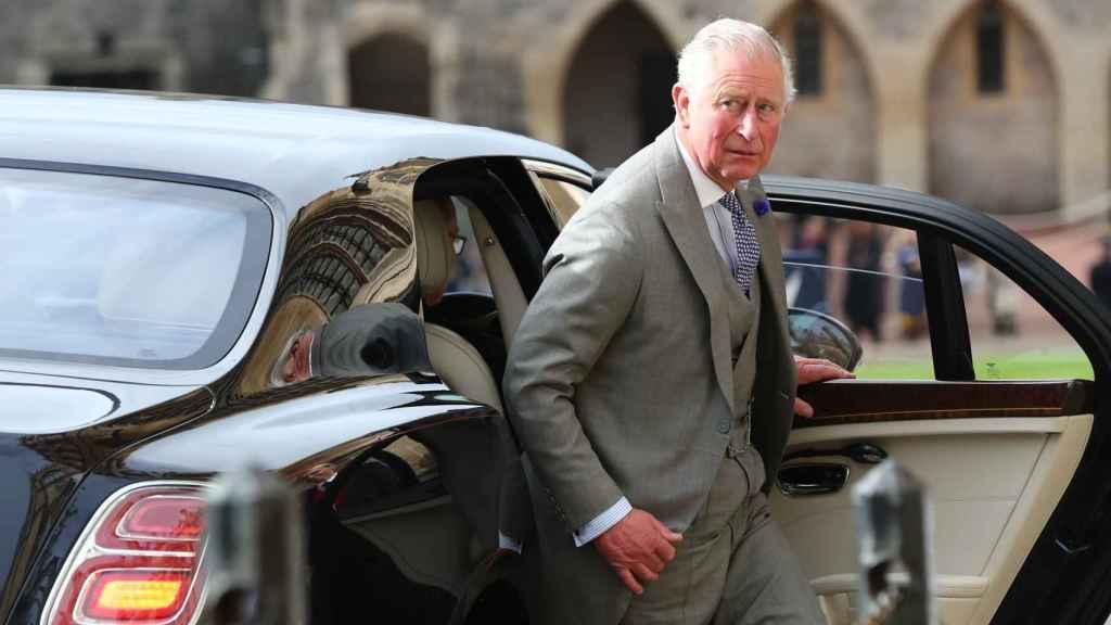 El príncipe Carlos bajándose del coche ante el castillo de Windsor.