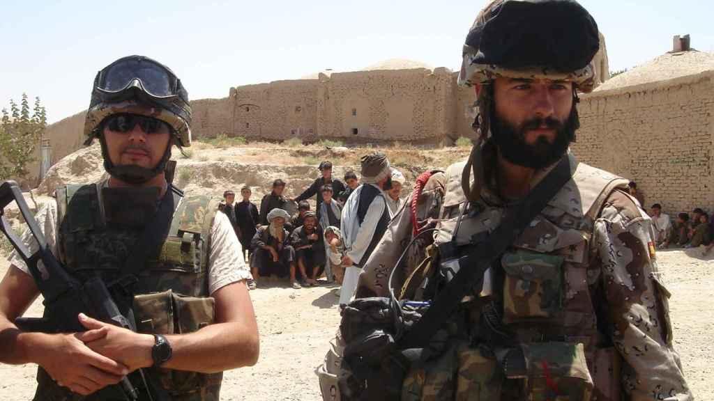 A la derecha, el capitán San Miguel, junto a uno de sus compañeros en Afganistán.