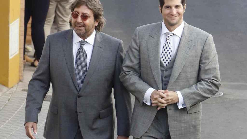Julián junto a su padre en imagen de archivo.