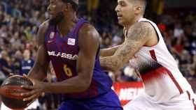 Singleton protege el balón ante Nacho Martín