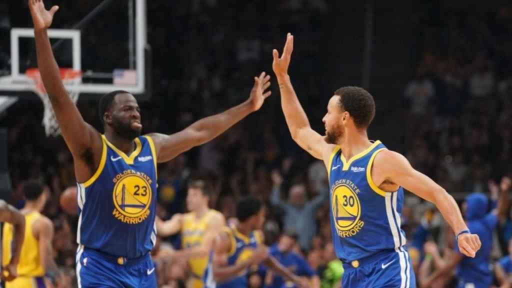 Draymond Green y Stephen Curry celebran una canasta en el partido de pretemporada entre Golden State Warriors y Los Angeles Lakers