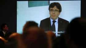 Puigdemont se ha convertido en un personaje virtual, que siempre aparece en pantallas .