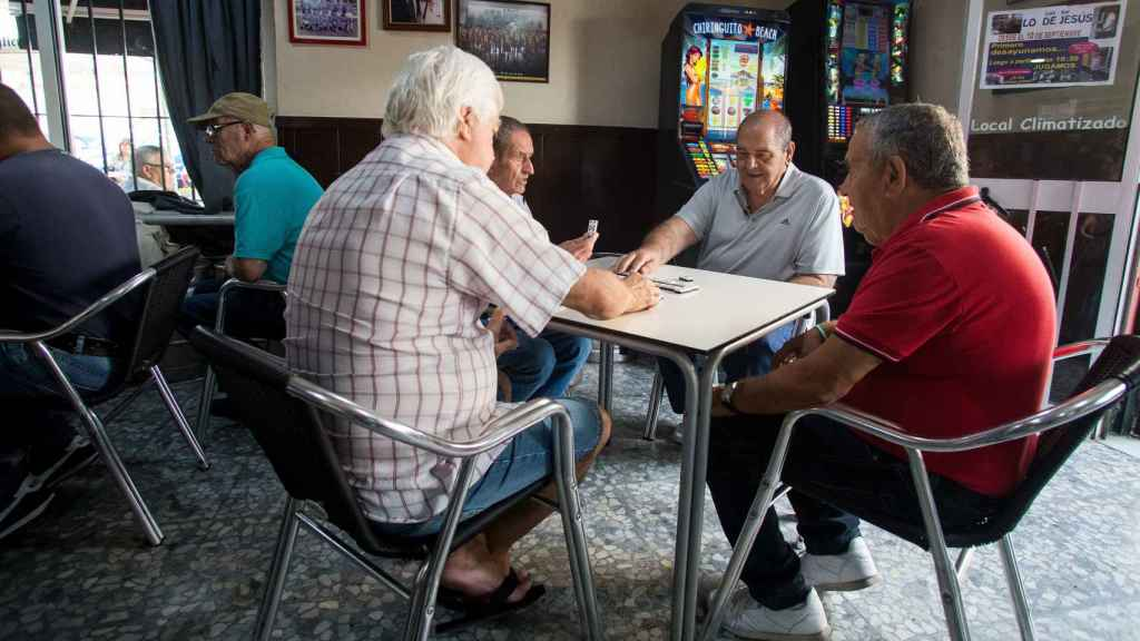 Aurelio Sánchez junto a sus amigos a primera hora de la mañana jugando al dominó en un bar de El Puerto de Santa María (Cádiz).