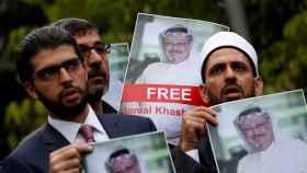 Activistas de derechos humanos sostienen fotos de  Khashoggi, en una protesta en Estambul.