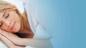 Una mujer joven a punto de roncar.