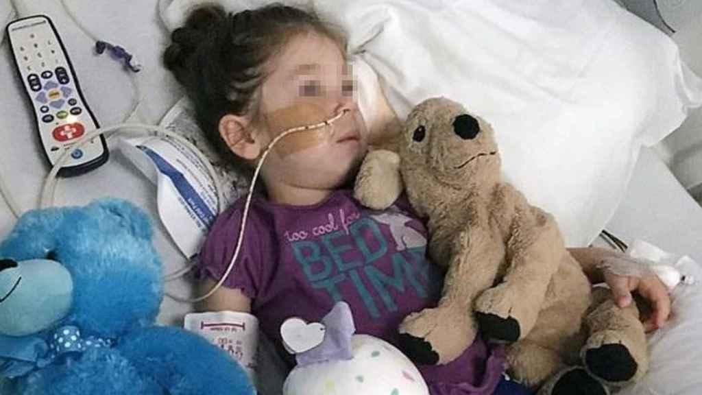 Elizabeth Storrie, una de las niñas afectadas por la mielitis flácida aguda.