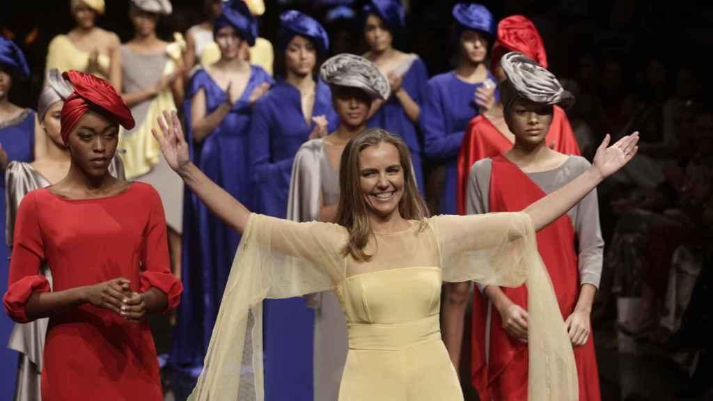 Pilar Sáinz, saludando al final de su desfile en Panamá.
