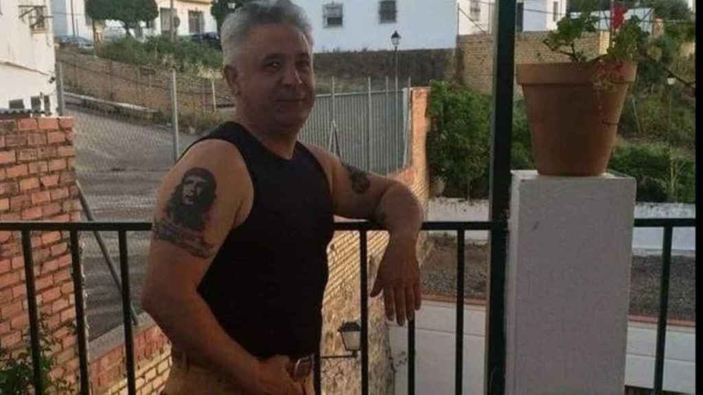 José María posa y enseña el tatuaje del Che Guevara.