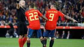 Ceballos y Alcácer protestan al árbitro en el España - Inglaterra