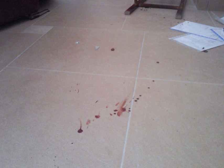 Restos de sangre de uno de los asaltantes que entraron con violencia a la casa de Casimiro Villegas.