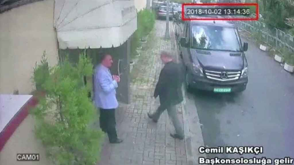 Jamal Khashoggi entrando en el consulado saudí en Estambul.