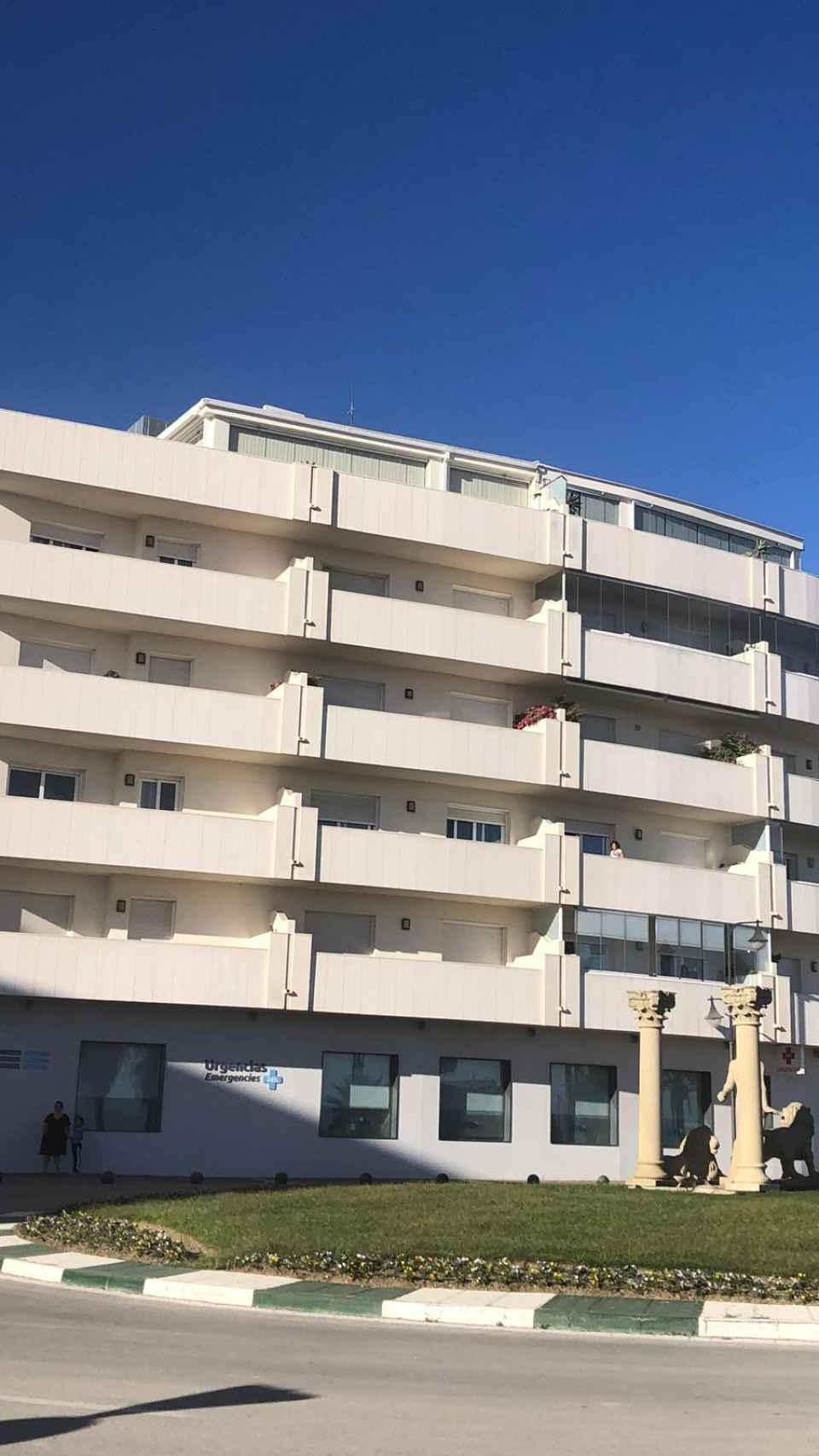 Imagen del edificio en el que el ático vivía Villarejo y abajo estaba la clínica.