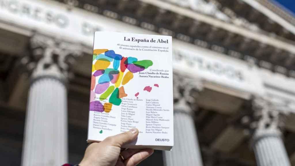 Portada de 'La España de Abel', ante el Congreso de los Diputados.