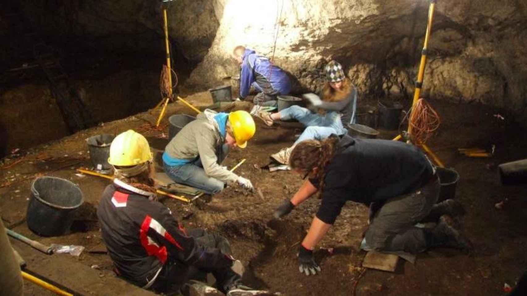 Imágenes de la excavación donde se encontraron los restos del niño devorado por un pájaro gigante.