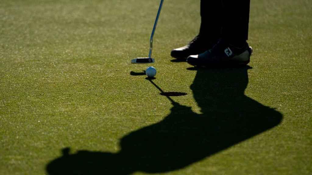 Un jugador de golf ejecuta un golpe