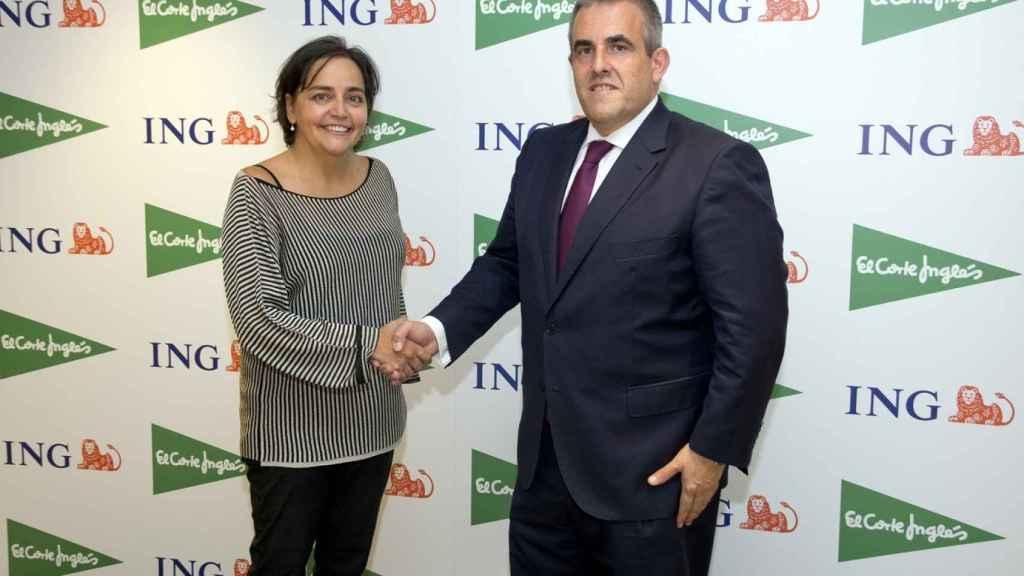 Almudena Román, directora general de ING y Víctor del Pozo, CEO de El Corte Inglés durante la firma del acuerdo.