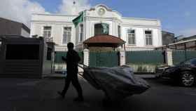 Un recogedor de basura pasa junto a la residencia del cónsul saudí en Estambul