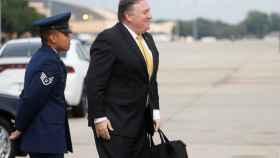 Mike Pompeo se dirige al avión para viajar a Riad.